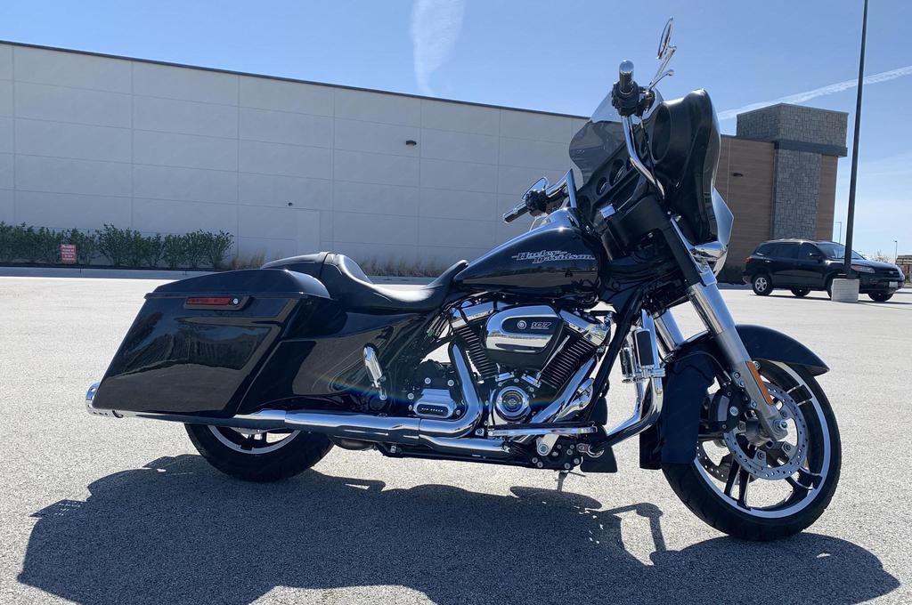 Vivid Black Saddlebag Harley Davidson